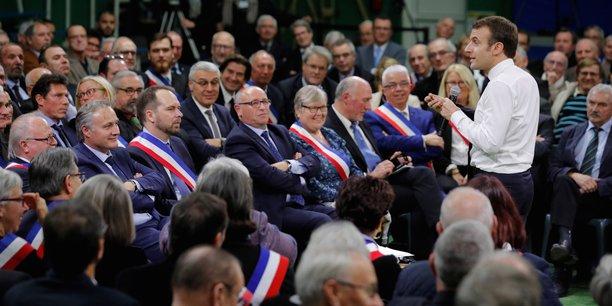 Emmanuel Macron animant un premier débat mardi avec des maires à Grand Bourgtheroulde (Eure).