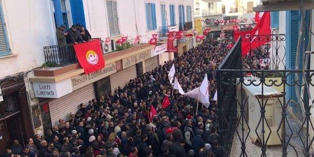 Rassemblement des militants de l'UGTT ce jeudi 17 janvier à Tunis au siège de la centrale syndicale.
