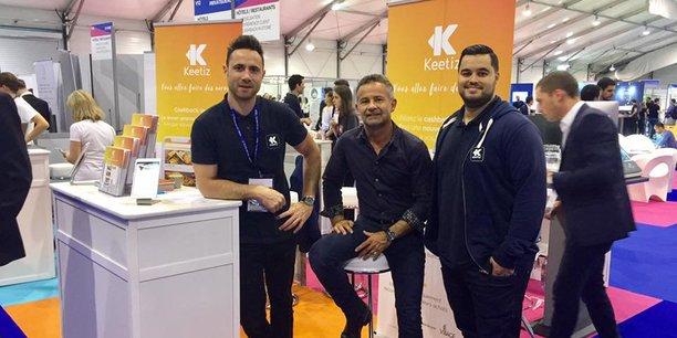 JC. Russier, CEO de Keetiz, entouré de 2 collaborateurs