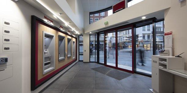 Des distributeurs automatiques dans une agence Société Générale à Lille.