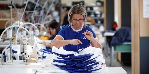 Une employée de l'usine Le Coq Sportif à Romilly-sur-Seine, où sont produits les nouveaux maillots de l'équipe de France de rugby.