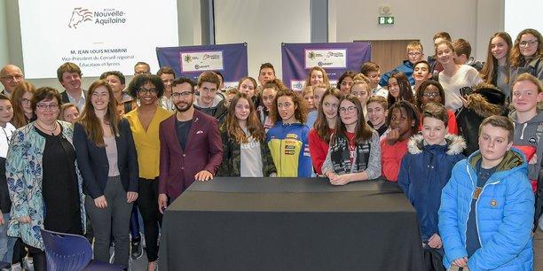 Les représentants de l'association Fusion jeunesse, d'Ubisoft Bordeaux, du rectorat de l'Académie de Bordeaux et de la Région Nouvelle-Aquitaine entourés de collégiens lot-et-garonnais.