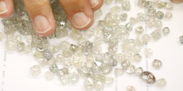 Endiama est une entreprise nationale angolaise, spécialisée dans la prospection, la reconnaissance, l'exploration et la commercialisation des diamants, créée en 1981 en tant que concessionnaire exclusif des droits miniers dans le domaine des diamants.