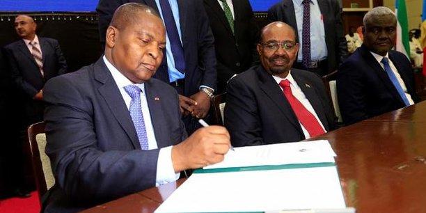 Ce mardi 6 février, après une cérémonie solennelle démarrée avec beaucoup de retard dû à des «raisons logistiques», le gouvernement de Faustin Archange Touadéra a signé avec les représentants des 14 groupes armés, un accord de paix pour la fin de la crise en Centrafrique.