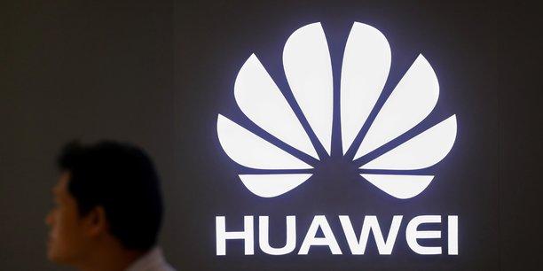 Le nouveau smartphone pliable de Huawei propose un écran de 6,6 pouces (16,8 cm) à l'avant, légèrement plus grand que celui d'un iPhone Xs Max, et de 6,3 pouces (16 cm) à l'arrière qui, une fois dépliés, permettent d'obtenir une mini-tablette avec un écran de 8 pouces (20,3 cm).