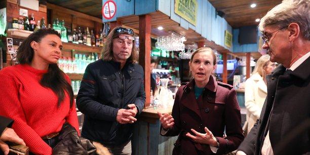 La secrétaire d'État s'est ensuite rendue au Glou Café, un commerce qui a perdu 50% de son chiffre d'affaires depuis novembre./ (Crédits : Rémi Benoit)
