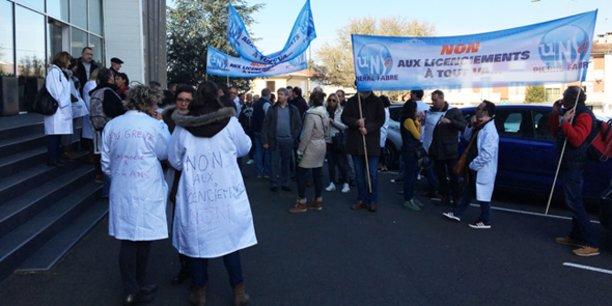 Les manifestants devant le siège des Laboratoires Pierre Fabre, à Castres, lors de la journée de mobilisation du 19 février.
