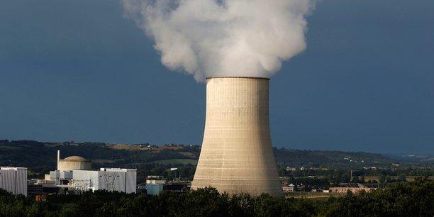 Vue de la centrale nucléaire de Golfech. le nucléaire est avec l'hydraulique la source d'énergie sans carbone la plus abondante et la mieux pilotable au monde alors que l'intermittence du photovoltaïque et de l'éolien impose des moyens de production complémentaires et des coûts importants de restructuration du réseau.