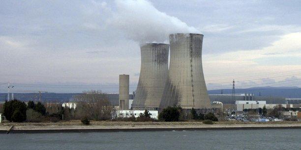 Dans les réacteurs à eau pressurisée, les deux tiers (66%) de l'énergie produite sont rejetés dans l'air ou dans l'eau. Le REP est le type de réacteur le plus couramment utilisé aujourd'hui (ici, la centrale du Tricastin) et devrait le rester jusqu'en 2050 au moins.