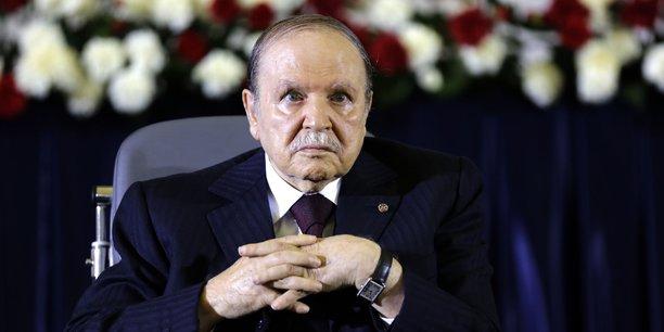 Le président Abdelaziz Bouteflika lors de la cérémonie de prestation de serment à Alger le 28 avril 2014 à l'aube de son quatrième mandat. Parmi les plus grands reproches des Algériens à son égard : ne pas avoir mis à profit la manne pétrolière -les 1.000 milliards de dollars-, qui a duré plus d'une décennie, pour diversifier l'économie.