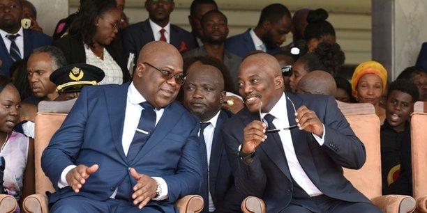 Le président de la RDC Felix Tshisekedi et son prédécesseur Joseph Kabila, lors d'une cérémonie officielle, le 24 janvier 2019 au Palais de la nation à Kinshasa.
