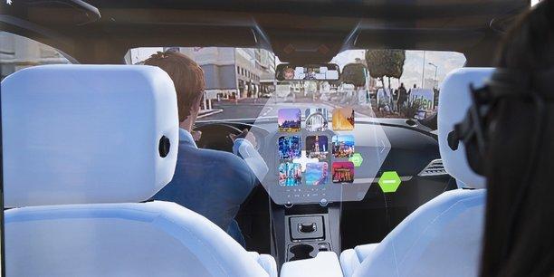 Voyage XR est une solution dévoilée par Valeo, en première mondiale au CES 2019, qui permet de faire entrer virtuellement une personne à bord du véhicule. Cette invention crée l'illusion qu'une personne, qui n'est pas dans véhicule, se retrouve à vos côtés. L'avatar de cette personne apparaît dans le rétroviseur et l'interaction se fait par le son et l'image, en temps réel.