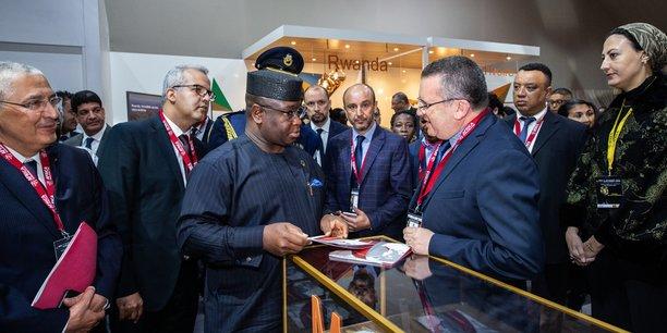Le président de la République de Sierra Leone, Julius Maada Bio, visitant le stand du Maroc au marché de l'investissement du Forum International Afrique Développement (FIAD), en compagnie notamment du PDG du Groupe Attijariwafa bank, Mohamed Kettani (à l'extrême gauche).