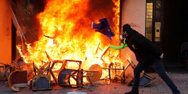 Fouquet's, Hugo Boss... : des commerces saccagés et pillés sur les Champs-Elysées