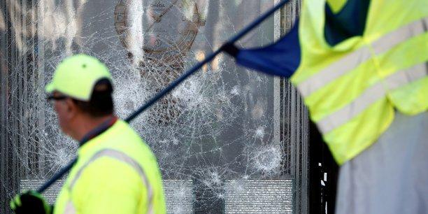 Selon le Comité Champs-Elysées, une association de promotion qui revendique 180 adhérents, dont une grande partie de commerces, 80 enseignes ont été touchées par les casseurs lors de l'acte XVIII des Gilets jaunes, dont une vingtaine pillées ou victimes de départs d'incendie.