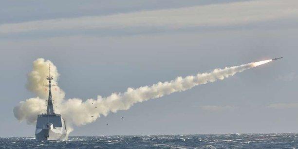 La frégate Surcouf tire un missile Mer-Mer 4