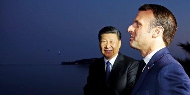 Précédés par le couple Macron, Xi Jinping et son épouse sont arrivés vers 19H00 à la villa Kérylos, villa-musée Belle Époque, aux réminiscences grecques, surplombant la Méditerranée à Beaulieu-sur-Mer, à quelques kilomètres de Nice. A son arrivée, le président chinois a fait le tour de la villa avec Emmanuel Macron, admirant le coucher de soleil sur la mer. Je suis ravi de vous accueillir en France, a glissé le président français.