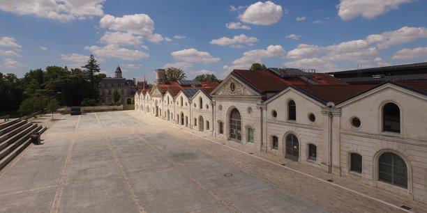Les Chais Magelis qui abritent le Musée de la bande dessinée et les Studios Paradis. Au fond, le château Dampierre qui héberge l'Ecole des Métiers du Cinéma d'Animation.