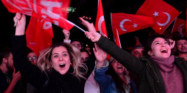 Dimanche 31 mars 2019, les supporters du Parti républicain du peuple (CHP), social-démocrate laïc, opposé à l'AKP (Parti de la justice et du développement) islamo-conservateur d'Erdogan, manifestent leur joie à l'annonce des résultats de l'élection dans la ville d'Ankara, la plus grande de Turquie.
