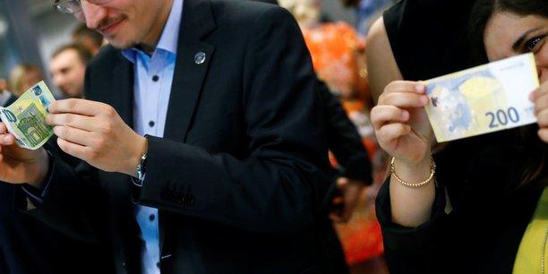Recevoir de l'argent tous les mois, sans condition, indépendamment de tout travail ou statut familial, c'est le concept du revenu de base. Le bénéfice ? « C'est simple , explique un bénéficiaire, on se sent libre. » (Photo d'illustration : présentation des nouveaux billets de banque de 100 et 200 euros à la BCE, à Francfort le 17 septembre 2018)