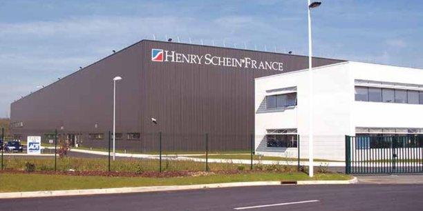 Avec plus d'un hectare de stockage, le site d'Henry Schein fournit toute la chaîne, des fauteuils aux spatules dentaires.