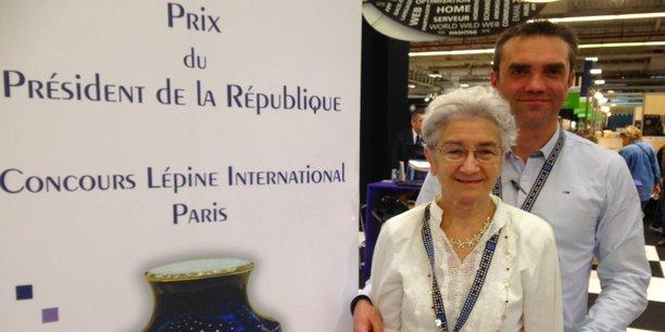 Benoît Mirambeau avec sa mère, pour laquelle il a développé Diabilive, au Concours Lépine International 2016