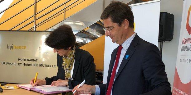 Nicolas Dufourcq (Bpifrance) et Catherine Touvrey (Harmonie Mutuelle) signent le partenariat entre les deux institutions, pour accompagner des startups d'e-santé.