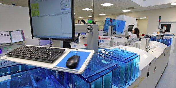 Cette nouvelle chaîne automatisée a permis au groupe Oriade-Noviale de répondre au doublement du volume des analyses bactériologiques à traiter, sur son site Oriapôle de Saint-Martin d'Hères (38). ©AgenceWitty