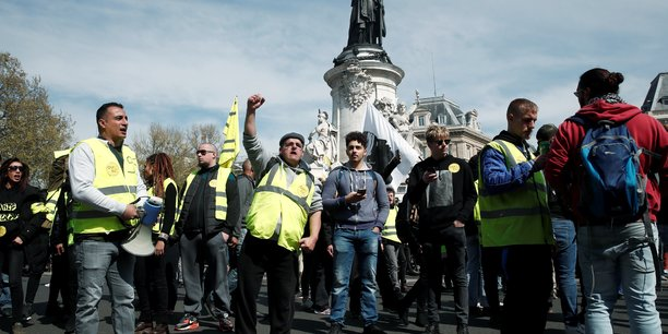 Dans la capitale, les gilets jaunes ont cette fois-ci suivi deux parcours distincts, l'un allant du sud au nord et l'autre allant d'est en ouest - de la place de la République à la Défense - en contournant les Champs-Elysées, interdits aux manifestants depuis l'éruption de violence du 16 mars.