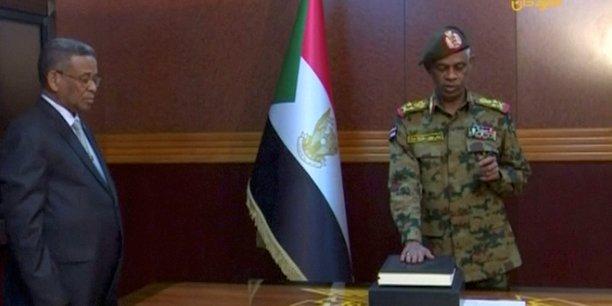 Le ministre soudanais de la Défense, le général Awad Benawf, prêtant serment pour présider le Conseil militaire de transition, le 11 avril 2019 à Khartoum,