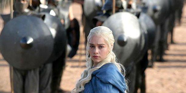 Emilia Clarke porte pour incarner le rôle de Daenerys Targaryen.