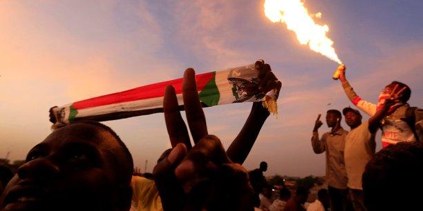 Soudan: les manifestants maintiennent la pression sur l'armee[reuters.com]