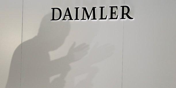 Le porte-parole a indiqué que le groupe allemand Daimler, propriétaire de Mercedes, se conformait à un processus convenu avec la KBA et le ministère des Transports pour la mise à jour des logiciels des trois millions de véhicules rappelés.