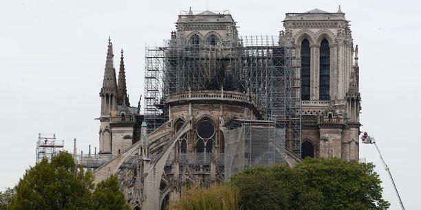 Cette nuit après de longues heures de lutte les pompiers de Paris ont réussi à maîtriser l'incendie qui ravageait Notre-Dame. Grâce à leur intervention la cathédrale ne s'est pas totalement effondrée et la structure de l'édifice a été sauv