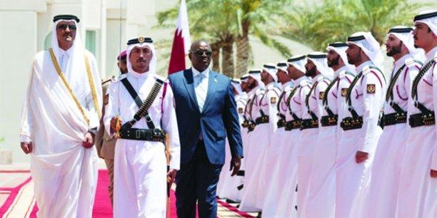 L'émir du Qatar Tamim bin Hamad Al Thani et le président botswanais Sasi botswana passant en revue un détachement de l'armée qatarie, le 16 avril 2019 à Doha.