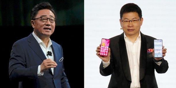 A gauche, DJ Koh, le PDG de Samsung et président de Samsung Mobile, lors de la présentation du Galaxy Fold à écran pliable le 20 février, à San Francisco. A droite, Richard Yu, le président de la division grand public de Huawei, a levé le voile sur ses nouveaux P30 et P30 Pro le 26 mars dernier, à Paris.