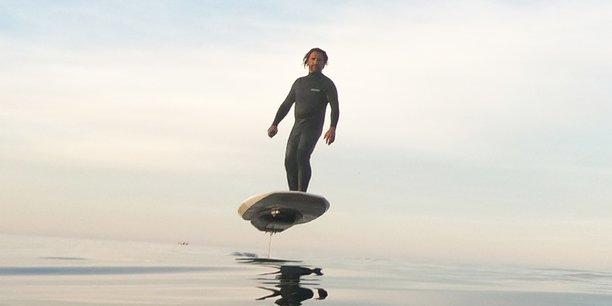 L'e-foil, une aile nautique électrique qui permet de voler à 50 cm au-dessus de l'eau