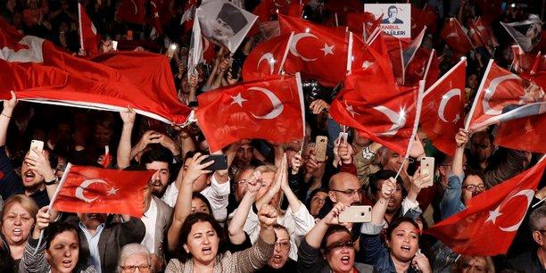 Manifestation lundi soir avec des drapeaux turcs de soutien au parti d'opposition CHP dont la victoire à l'élection municipale d'Istanbul vient d'être annulée à la demande du président Erdogan. Crédit photo : Murad Sezer / Reuters