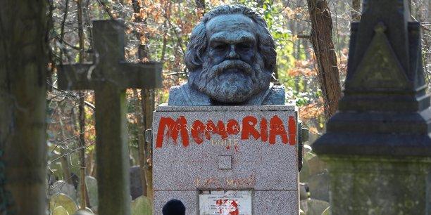 La tombe taguée de Karl Marx au cimetière de Highgate à Londres.