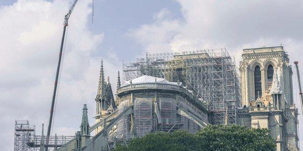 Les spécialistes de la restauration de monuments historiques ont conforté les structures du bâtiment. Ici, la pose d'un parapluie de bâches à la place de la charpente détruite.