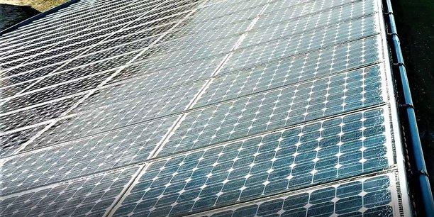 La solution commercialisée par Sunbooster permet de faire ruisseler de l'eau pluviale sur les panneaux photovoltaïques pour une augmentation de la productivité de l'ensemble de l'installation.