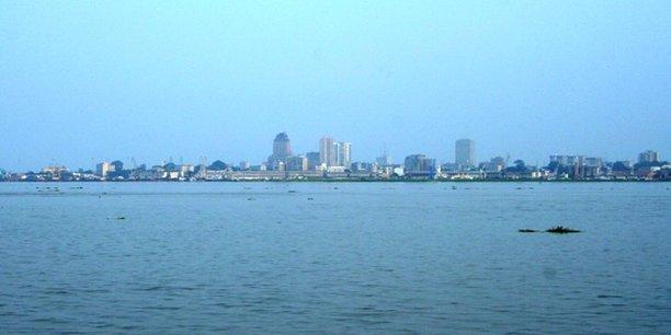 La capitale de la République démocratique du Congo, Kinshasa, vue depuis Brazzaville, la capitale de la République du Congo.