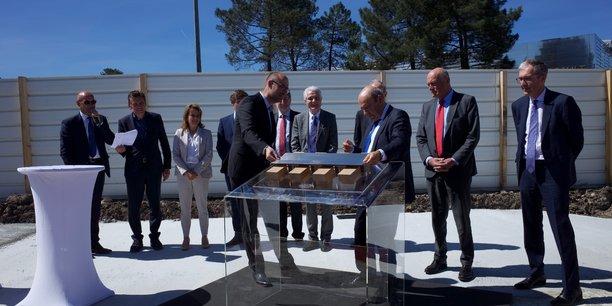 Eric Trappier pose symboliquement le dernier élément de la maquette du futur bâtiment en présence de nombreux élus locaux à Mérignac.