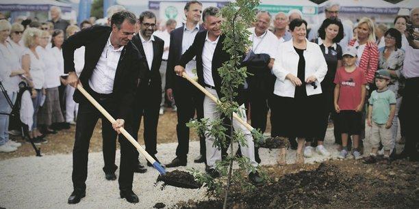 Renaud Muselier (à gauche) à la Sainte-Baume, devenu Parc naturel régional. Le patron de la Région mise sur la croissance verte.