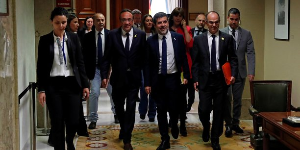 Cinq separatistes catalans emprisonnes pretent serment au parlement[reuters.com]