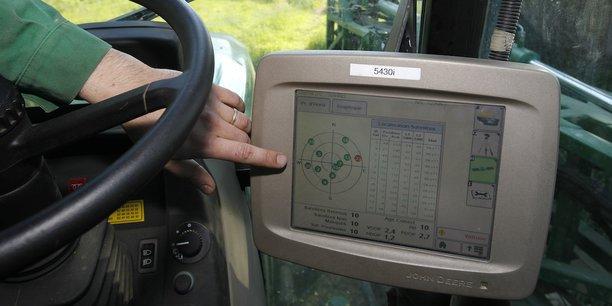 Un agriculteur (Chateaubriant, France) utilise un système GPS pour améliorer le traitement de ses champs de blé.