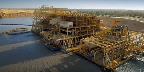 A Diogo, dans la commune de Darou Khoudoss (région de Thiès), se trouve une importante mine de zircon exploitée depuis 2003 par l'entreprise minière franco-australienne, la Grande côte opérations (GCO).