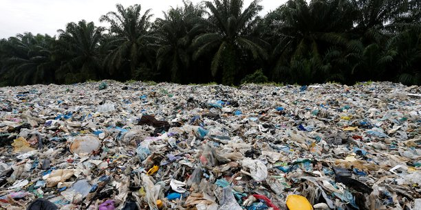 Les déchets s'empilent dans cette décharge à ciel ouvert devant une usine de recyclage illégale à Jenjarom, dans le district de Kuala Langat. Dans ce district, au sud-ouest de la capitale Kuala Lumpur, les autorités ont trouvé 41 usines illégales, dont beaucoup gérées par des sociétés chinoises. Une trentaine ont été fermées ces trois derniers mois après des plaintes de résidents (air toxique à cause de la combustion sauvage des déchets plastiques, etc.)