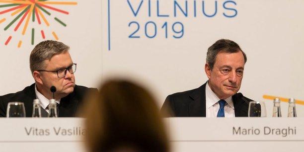 Mario Draghi (à droite), le président de la BCE, aux côtés de Vitas Vasiliauskas, le gouverneur de la Banque de Lituanie.