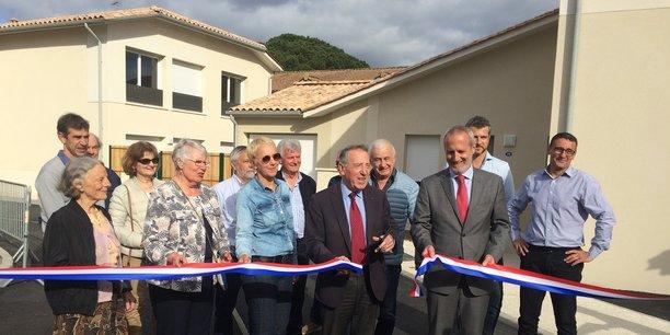 Inauguration de la résidence avec Pierre Ducout, maire de Cestas, au centre en costume sombre, avec à côté de lui Emmanuel Picard, DG de Mésolia.